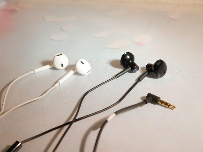 links Apple EarPods - rechts Mi Dual Driver Headset
